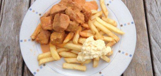 Bord met friet en mayonaise