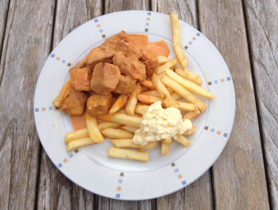 Bord met friet en mayonaise